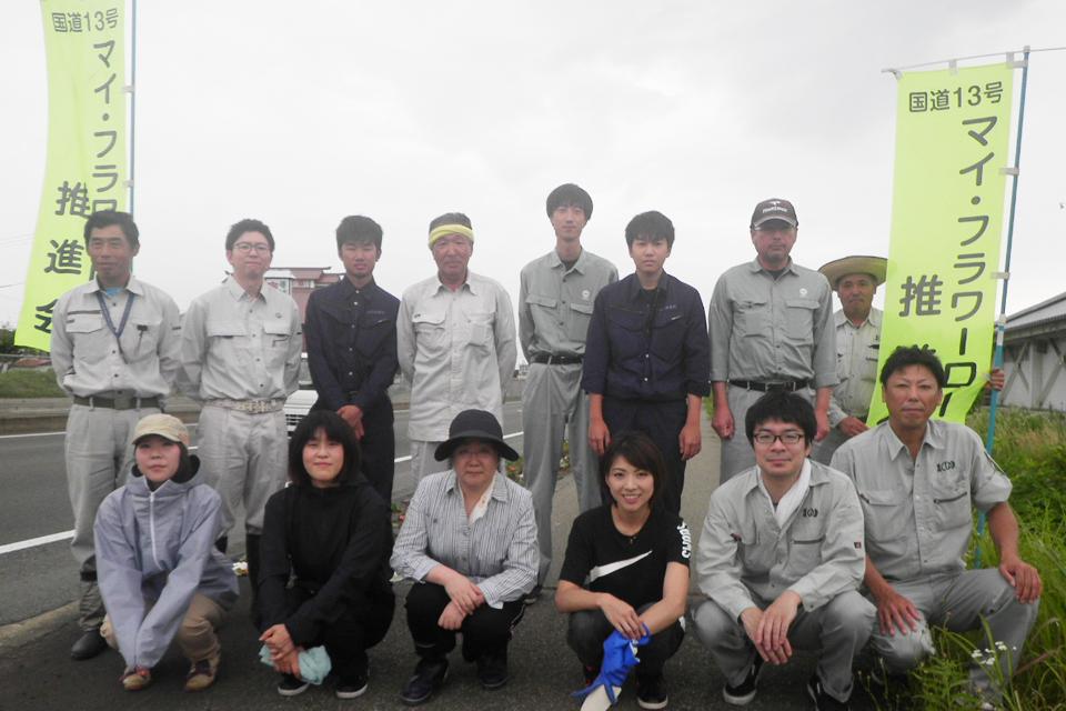 社会貢献:「マイ・フラワーロード推進会」の会員による花の植栽活動が行われました