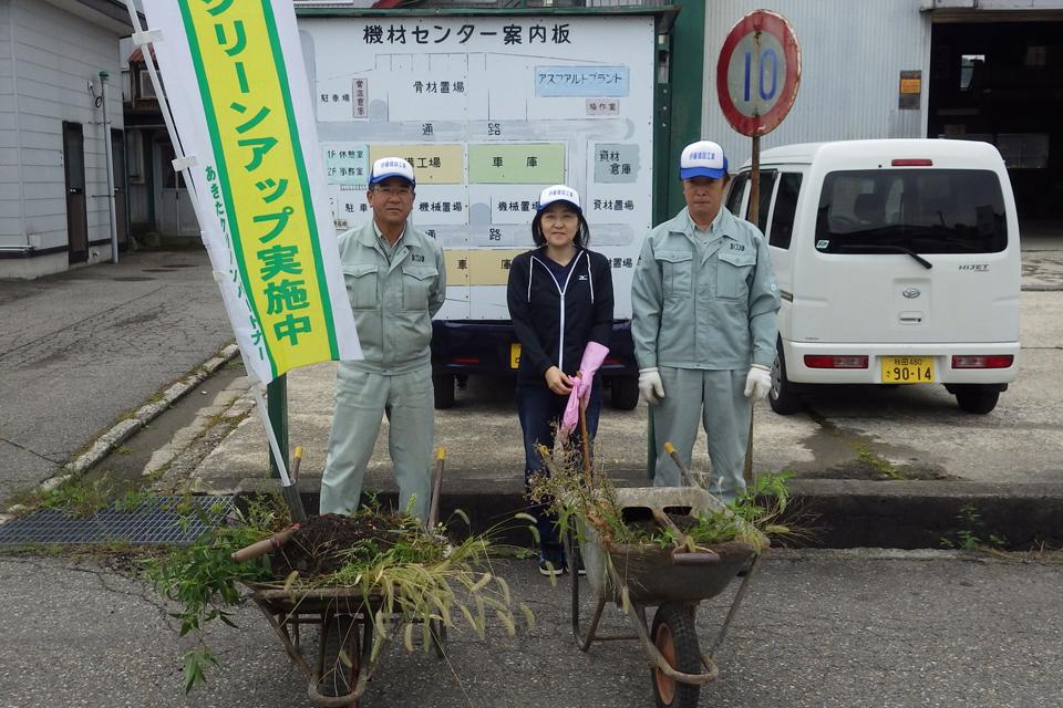 社会貢献:みんなでクリーンアップ作戦 (あきたクリーンパートナー) 赤坂機材センター出入口、路側帯の清掃